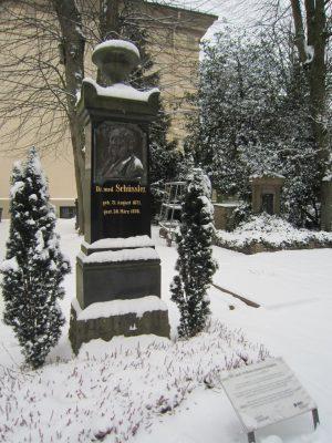 Bild: Schüßler Salze - Grabmal Dr. W. H. Schüßlers auf dem Gertrudenfriedhof in Oldenburg (Oldb.) von Corradox - Eigenes Werk [CC BY-SA 3.0], via Wikimedia Commons
